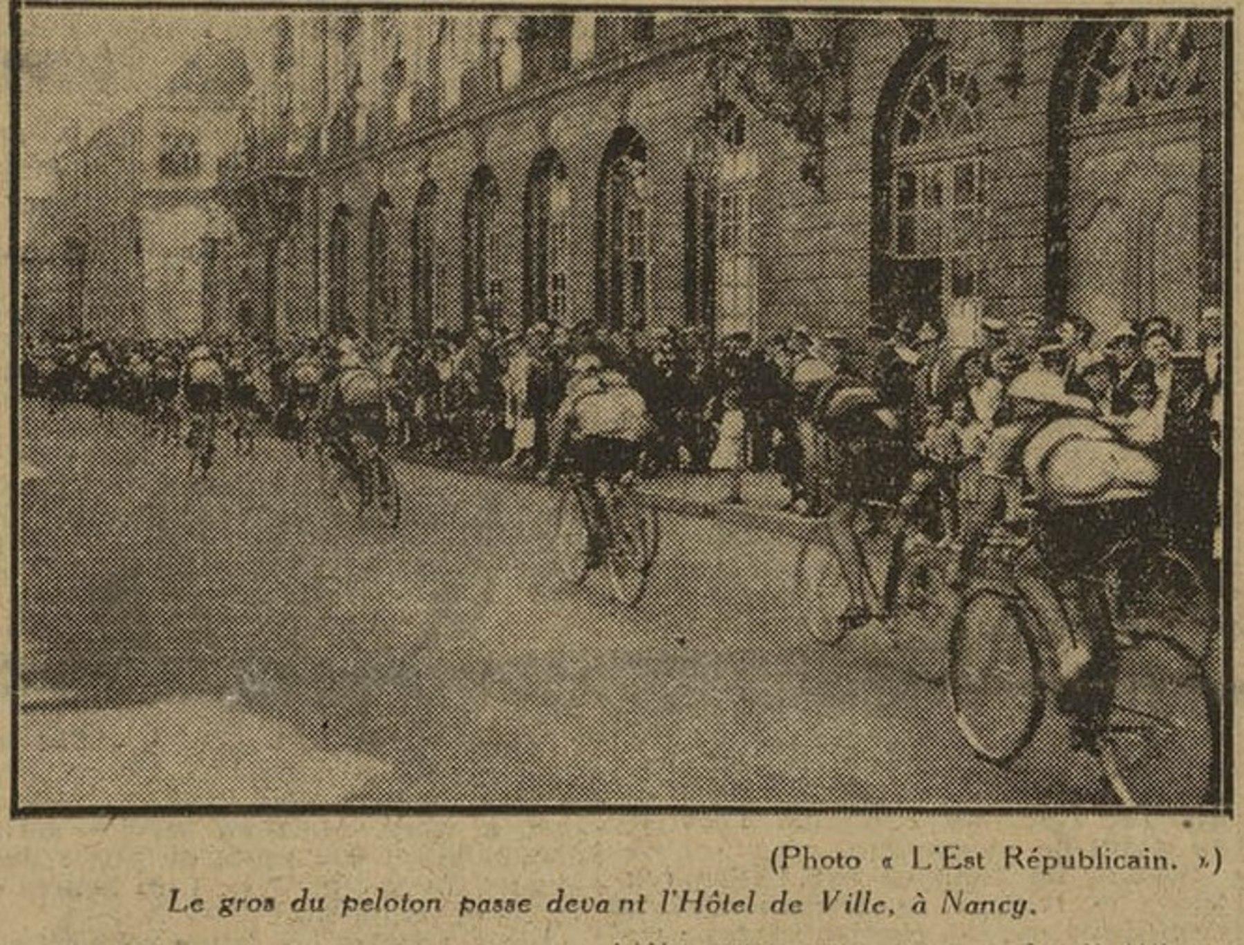 Contenu du Le gros du peloton passe devant l'hôtel de ville à Nancy.