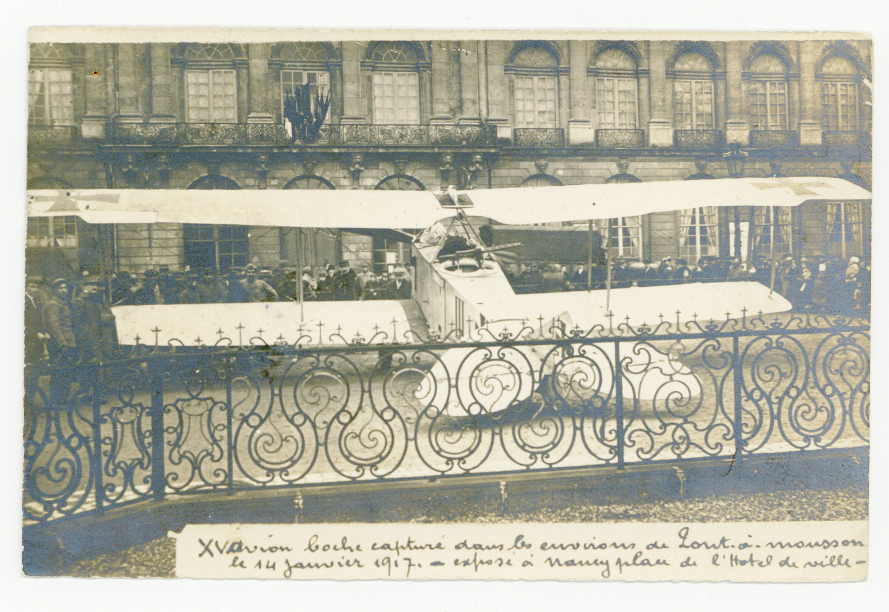 Contenu du Avion exposé place de l'Hôtel de ville, janvier 1917.