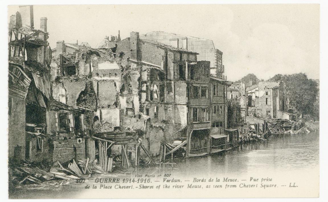 Contenu du Verdun. Bords de la Meuse. Vue prise de la Place Chevert. Shors of the river Meuse, as seen from Chevert Square. Guerre 1914-1916