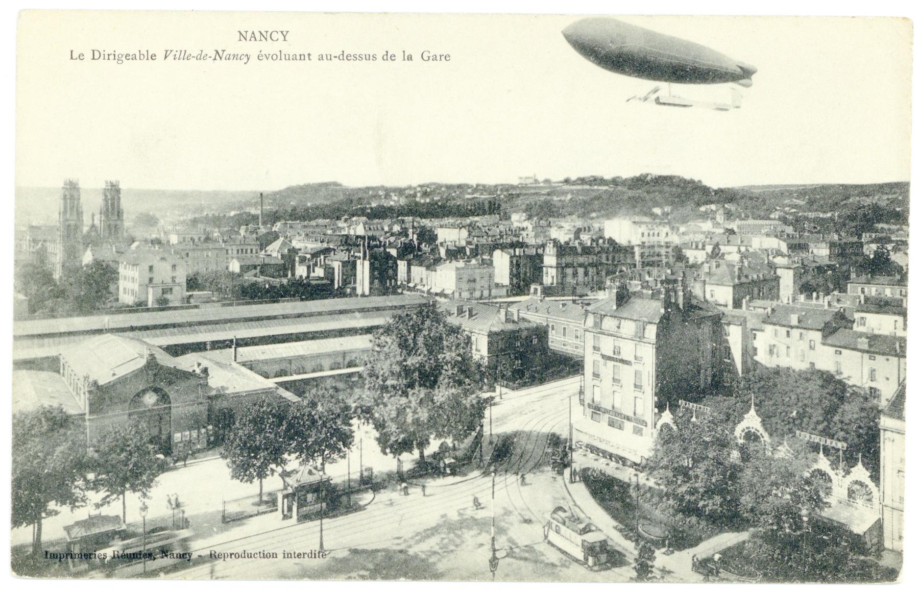 Contenu du Le Dirigeable Ville-de-Nancy évoluant au-dessus de la Gare