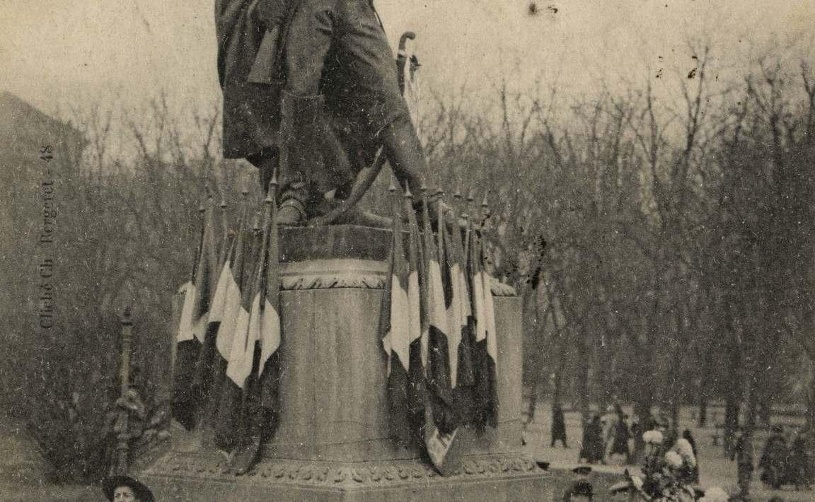 Contenu du Metz. La foule massée devant la Statue du Maréchal Ney, attend l'arrivée des Troupes Françaises