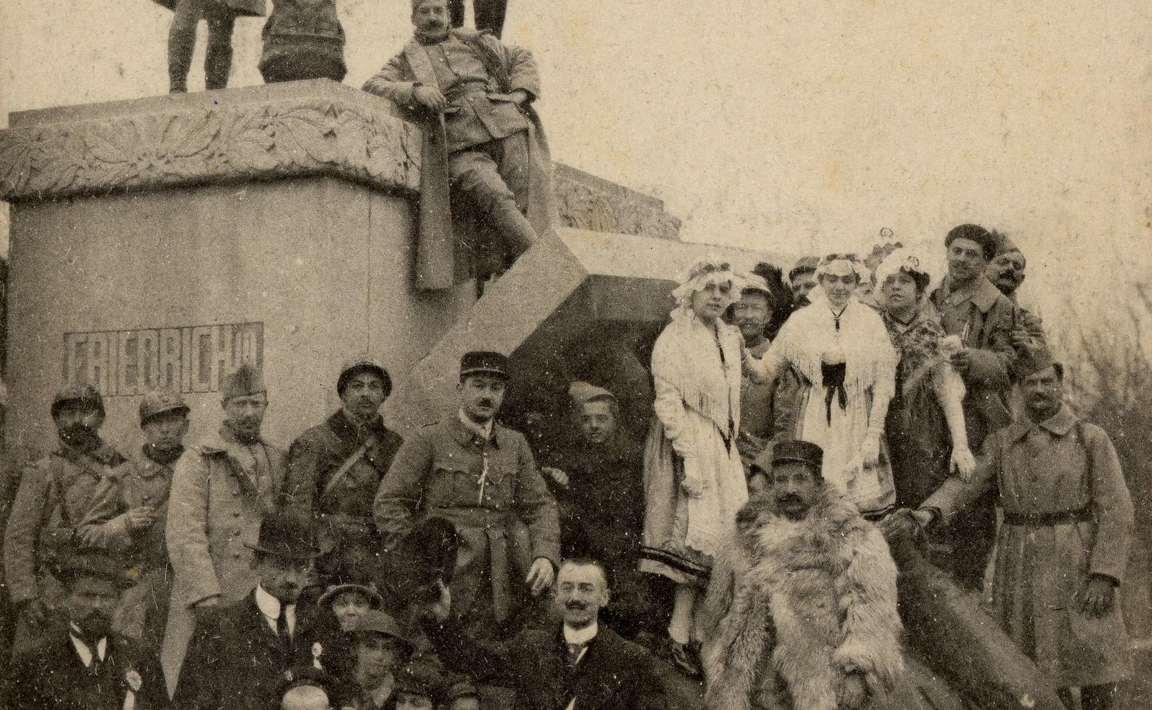 Contenu du A Metz délivrée, les statues des idoles germaniques sont devenues le jouet de la population . Frédéric III, renversé de son socle, en a perdu la tête.