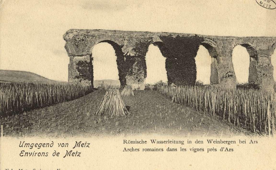 Contenu du Umgegeng von Metz. Environs de Metz. Römische Wasserleitung in den Weinbergen- Arches romaines dans les vignes près d'Ars.