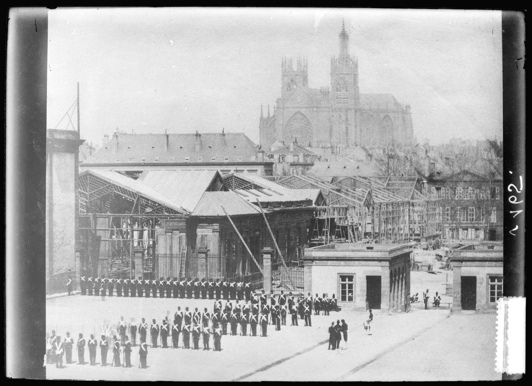 Contenu du Construction des bâtiments de l'Exposition universelle sur la place de la République