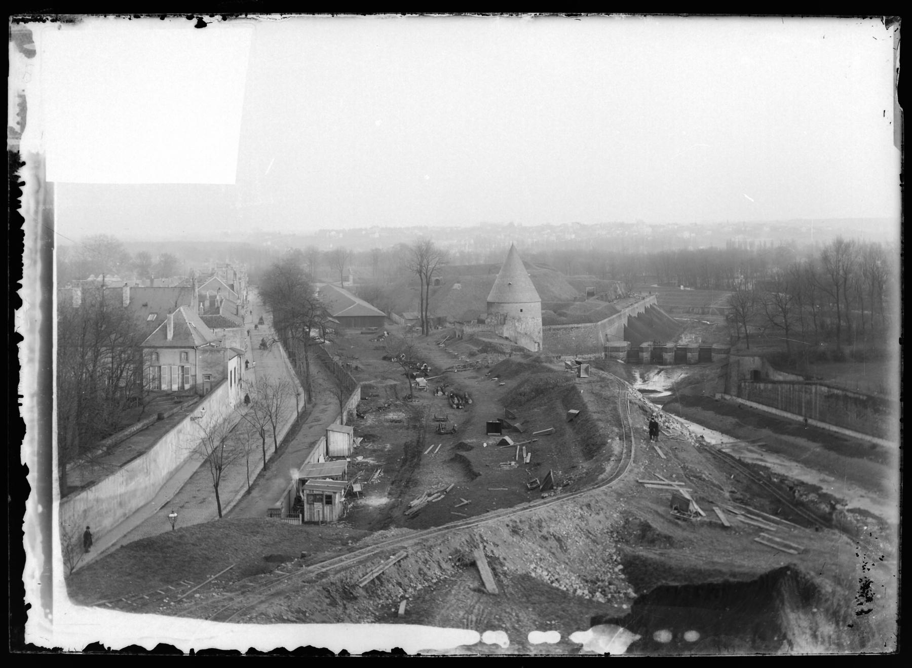 Contenu du Démolition des remparts près de la tour Camoufle