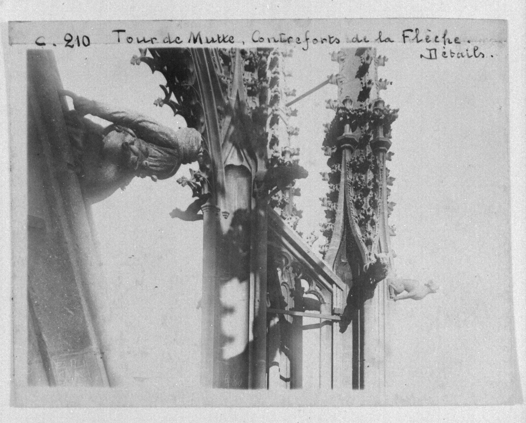 Contenu du Les contreforts de la flèche de la tour de la Mutte