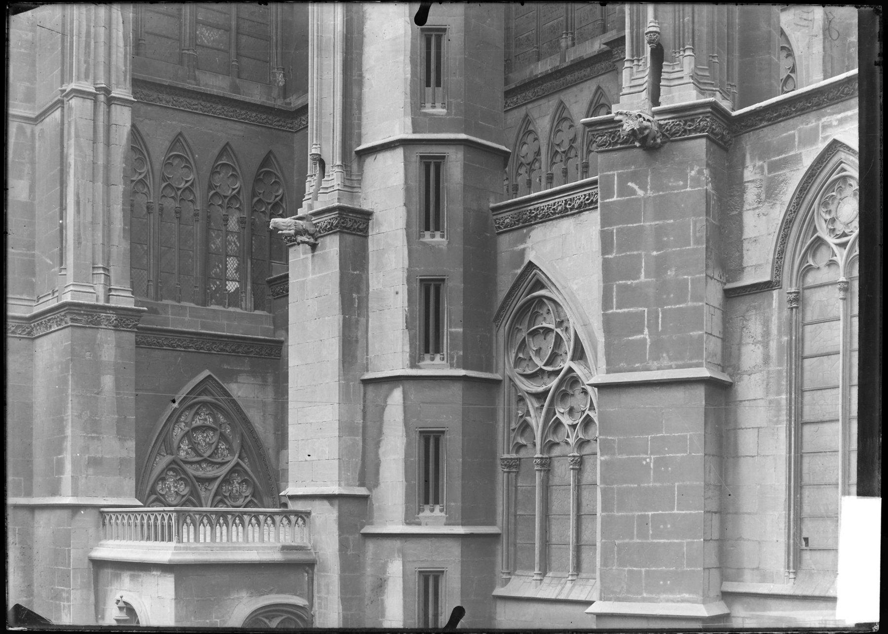 Contenu du Vue rapprochée de la tour Charlemagne située sur le flanc est du chevet