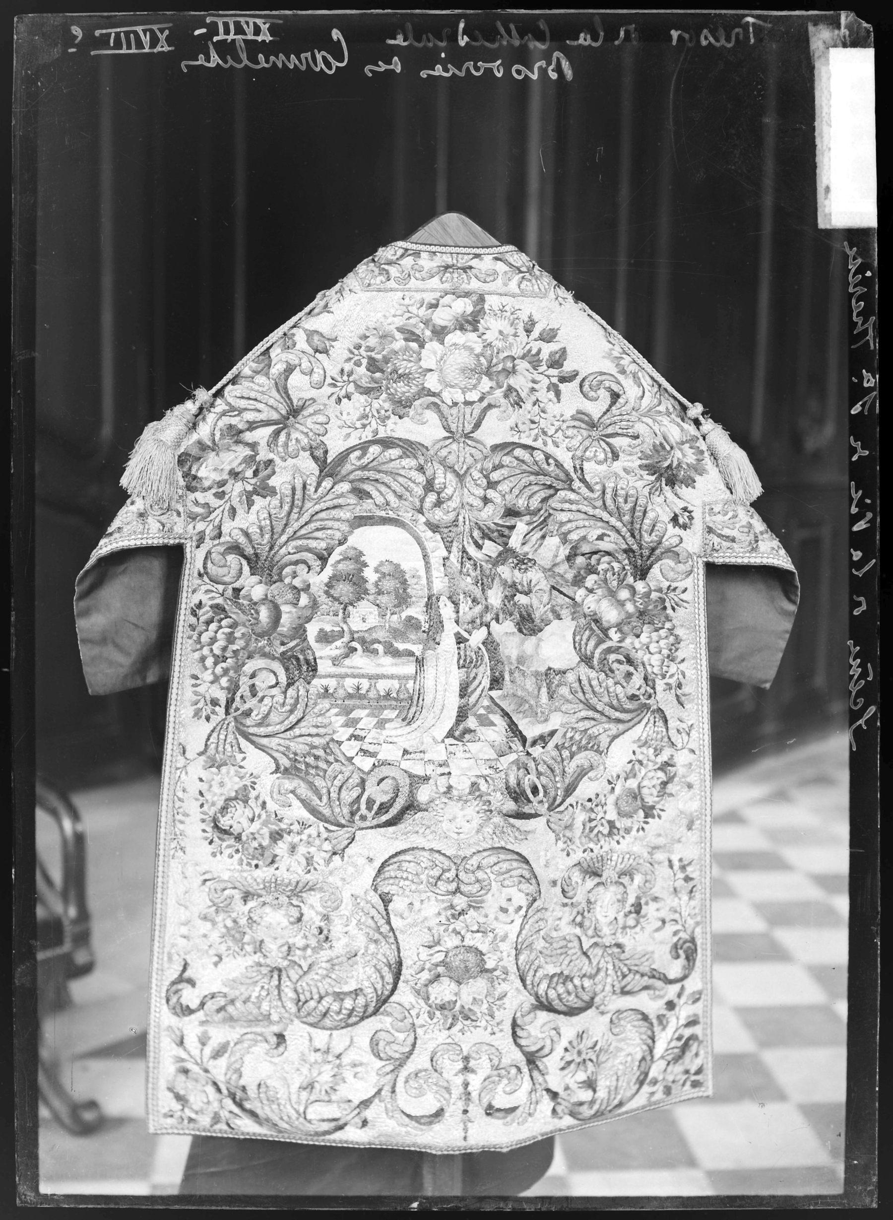 Contenu du Chasuble avec une broderie des Carmélites représentant des scènes de la vie de sainte Thérèse