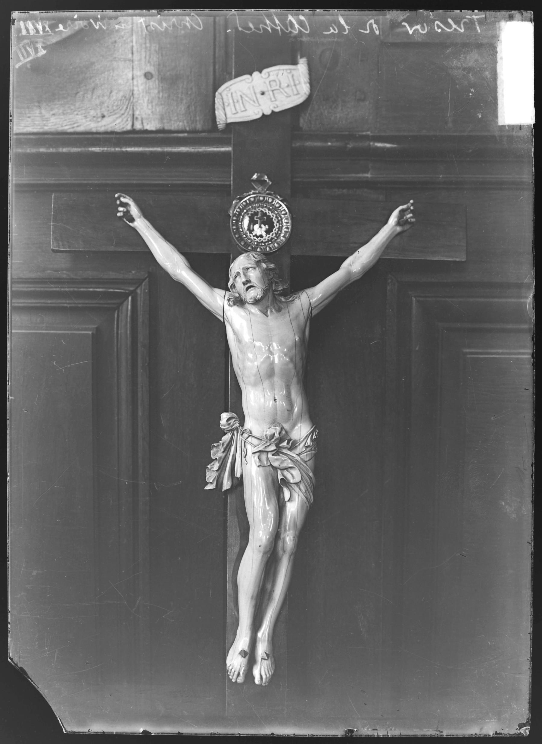 Contenu du Un Christ en ivoire