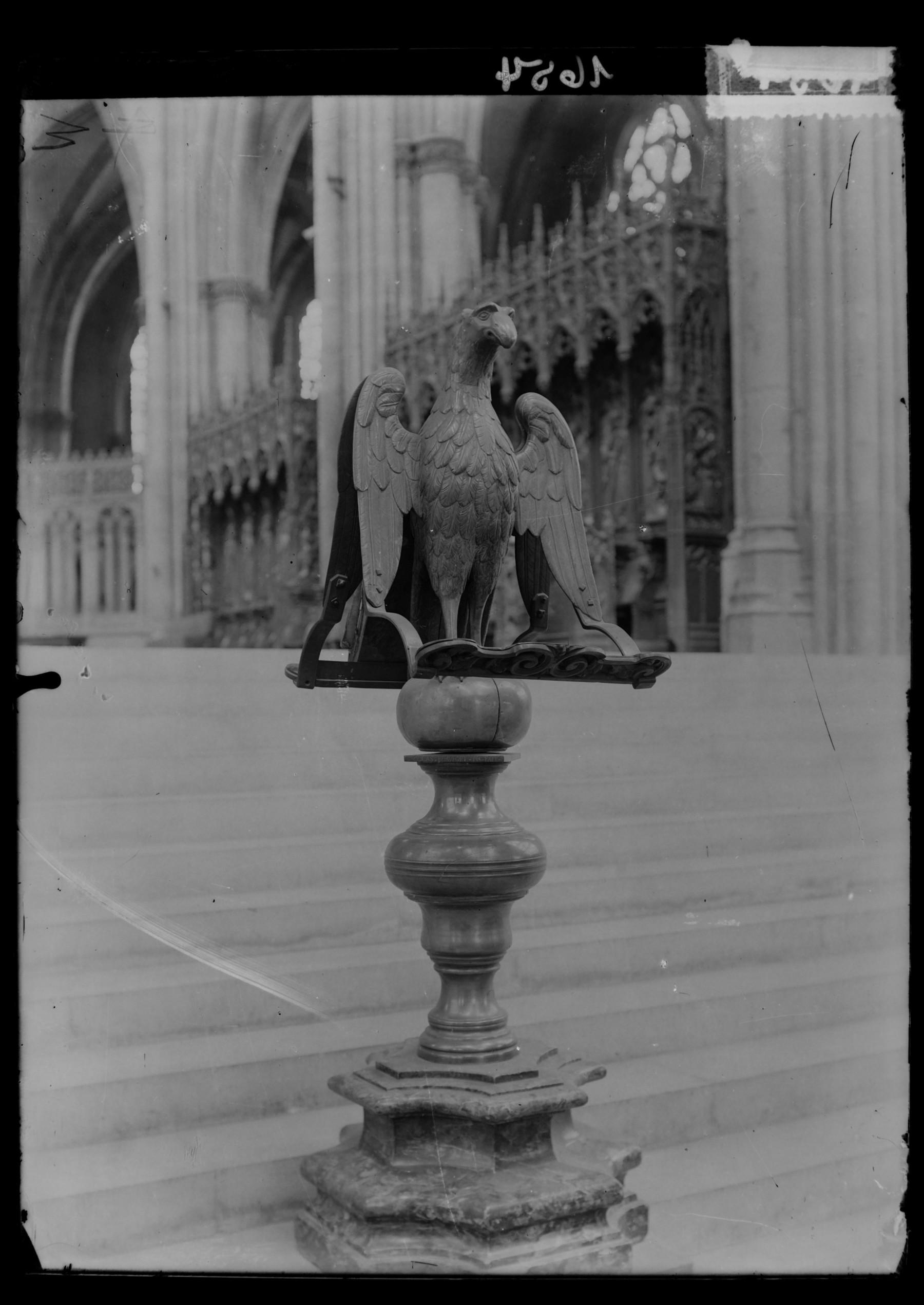 Contenu du Le lutrin en forme d'aigle à l'entrée du chœur