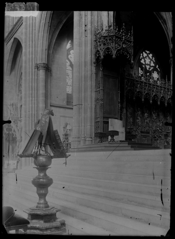 Contenu du Le lutrin en forme d'aigle et les stalles du chœur, côté gauche avec la cathèdre épiscopale