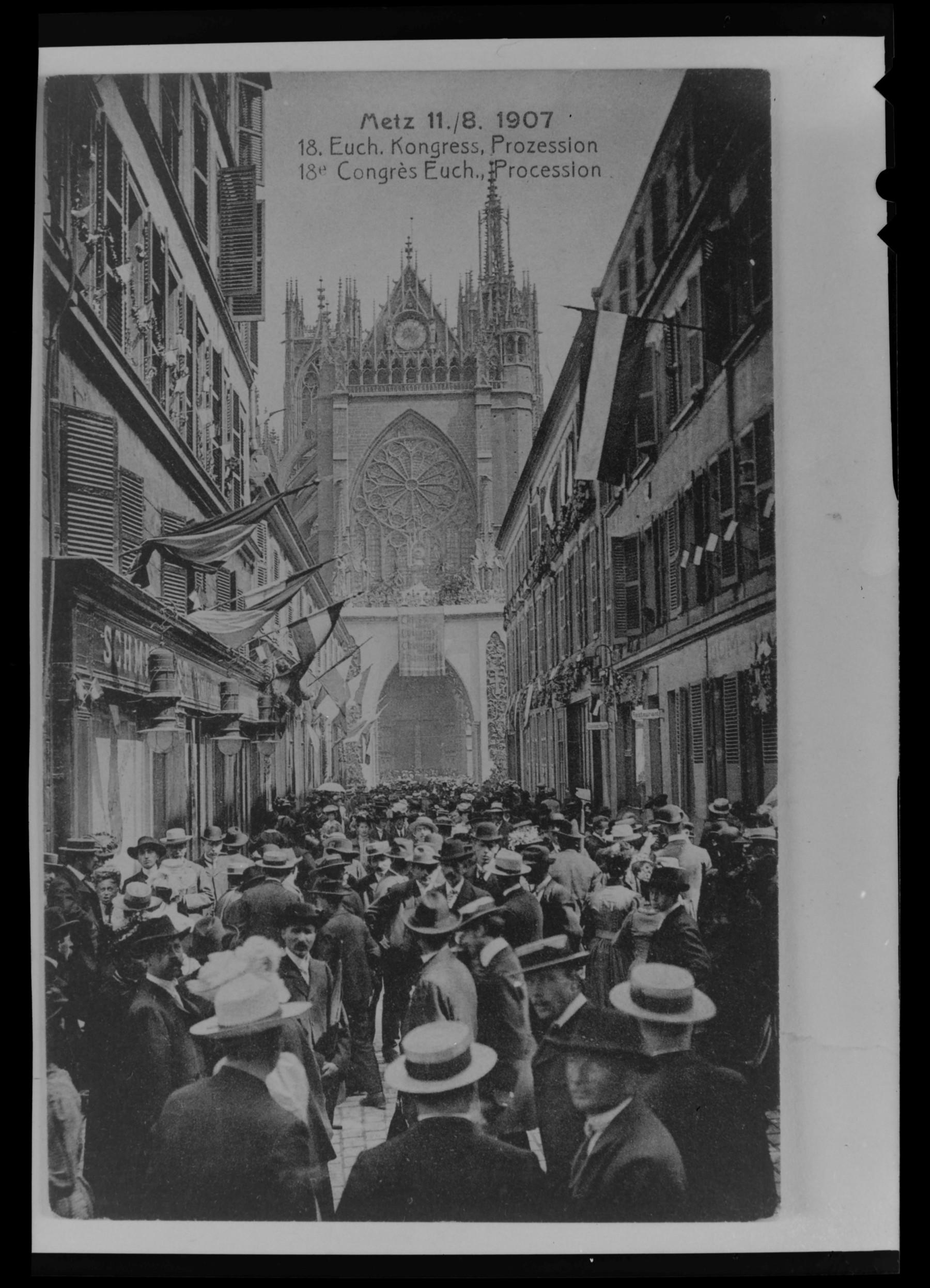 Contenu du Vue de la cathédrale Saint-Étienne depuis la place de la cathédrale lors du congrès eucharistique