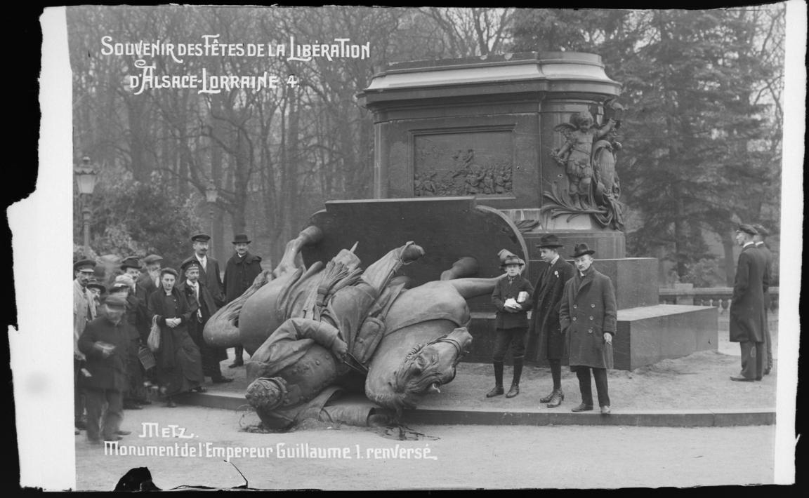 Contenu du Monument de l'Empereur Guillaume Ier renversé