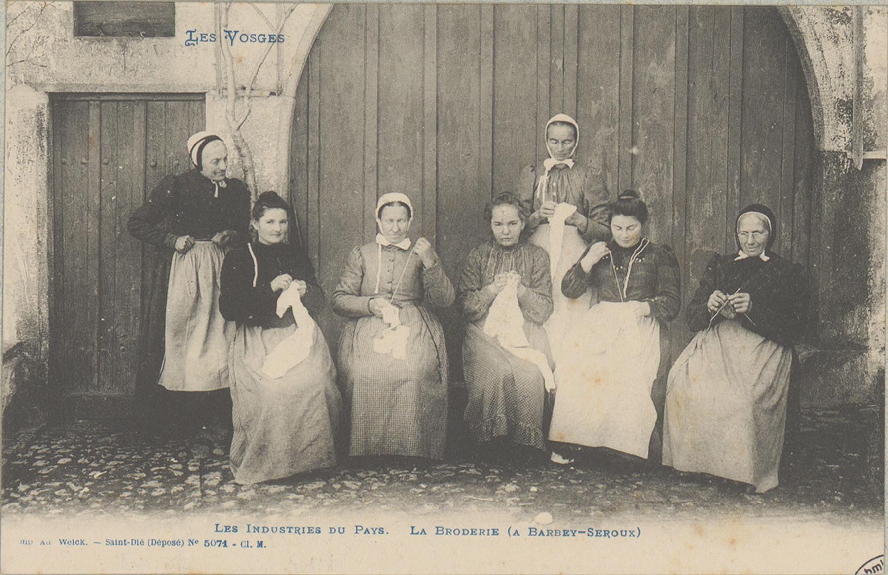 Contenu du Femmes de tout âge excellant dans l'art spécifique de la broderie vosgienne pour l'habillement. Village de Barbey-Seroux.