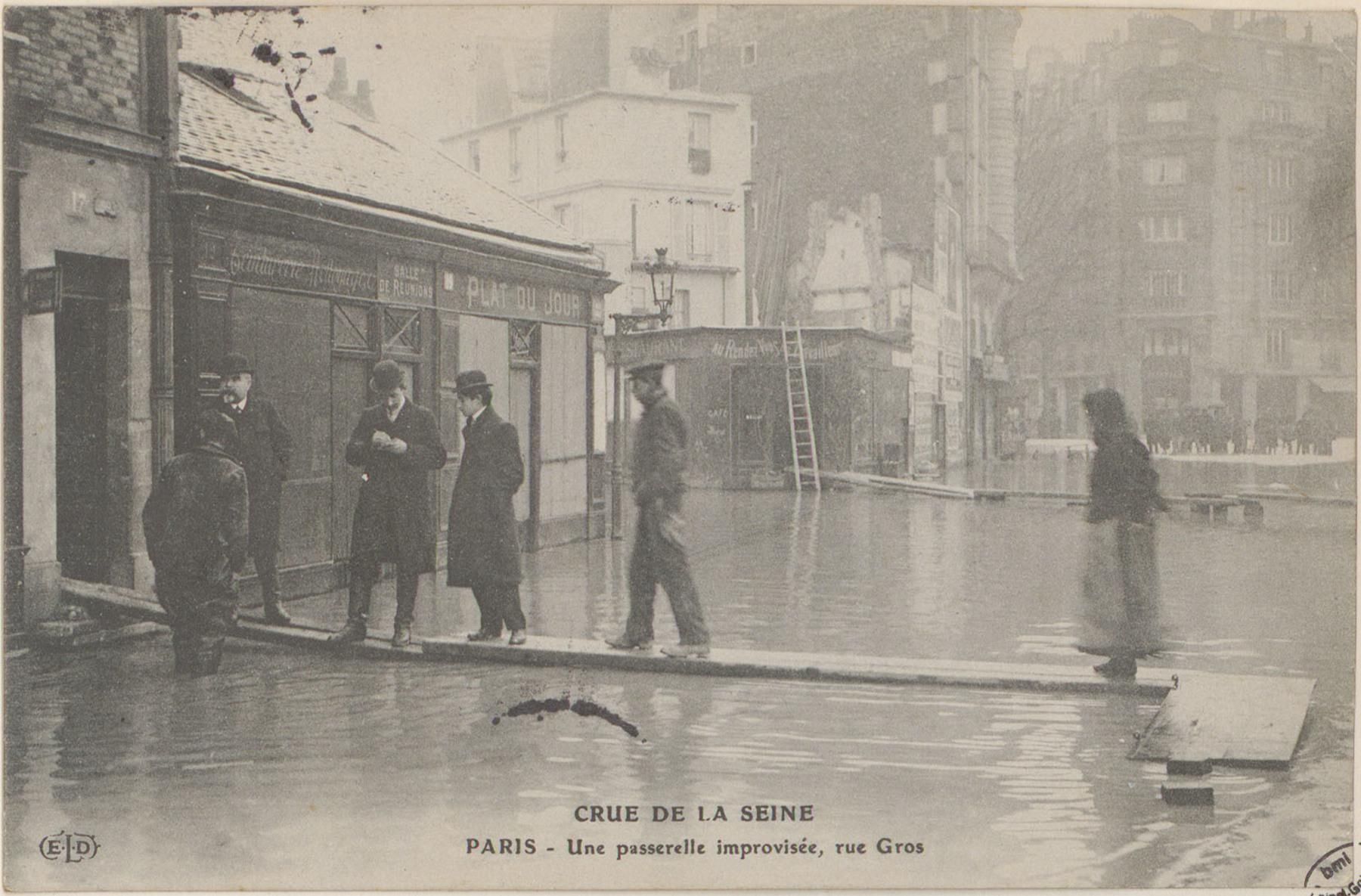 Contenu du Paris, Une Passerelle improvisée, rue Gros