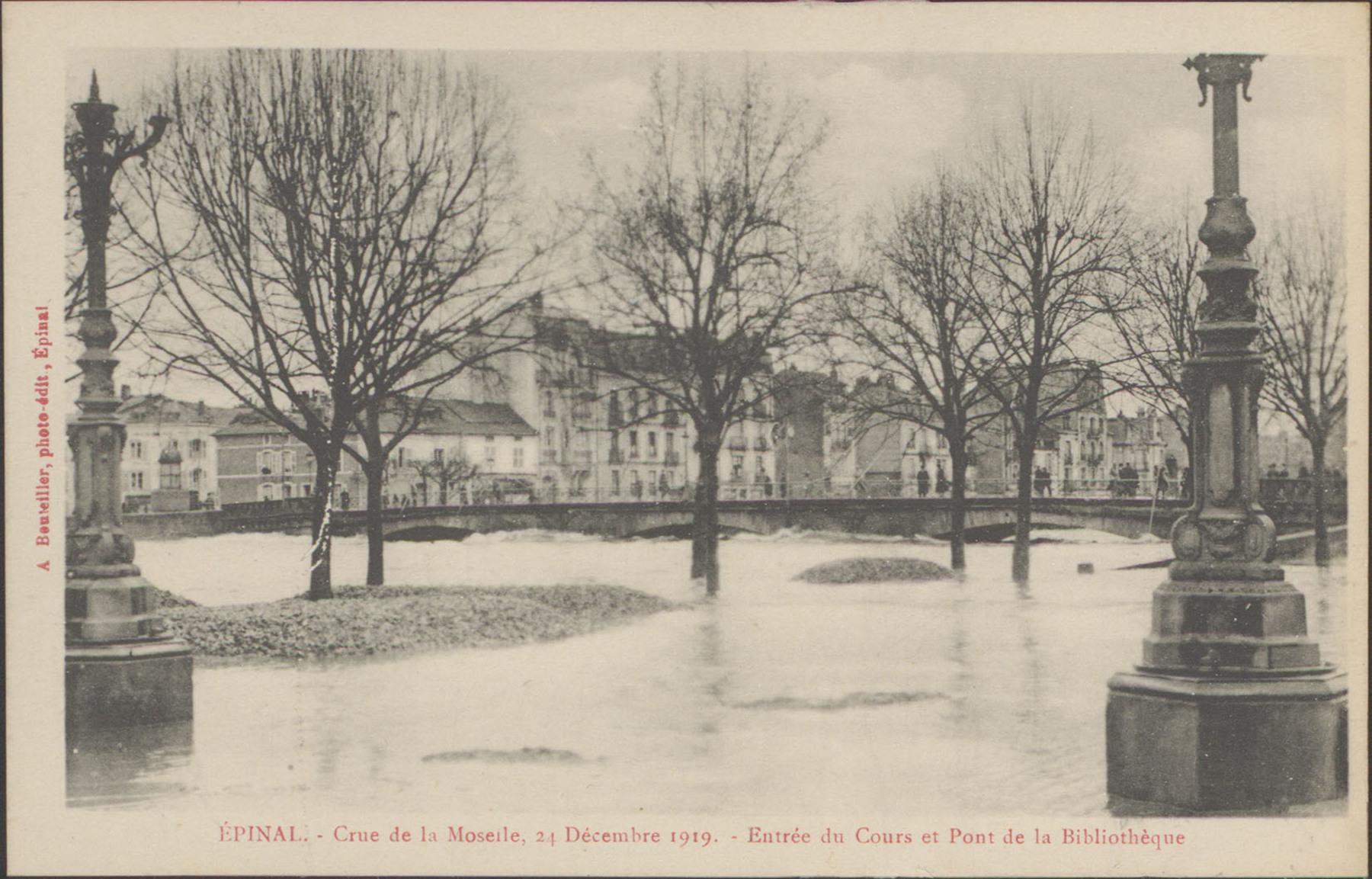 Contenu du Épinal, Crue de la Moselle, 24 décembre 1919, Entrée du Cours et pont de la bibliothèque