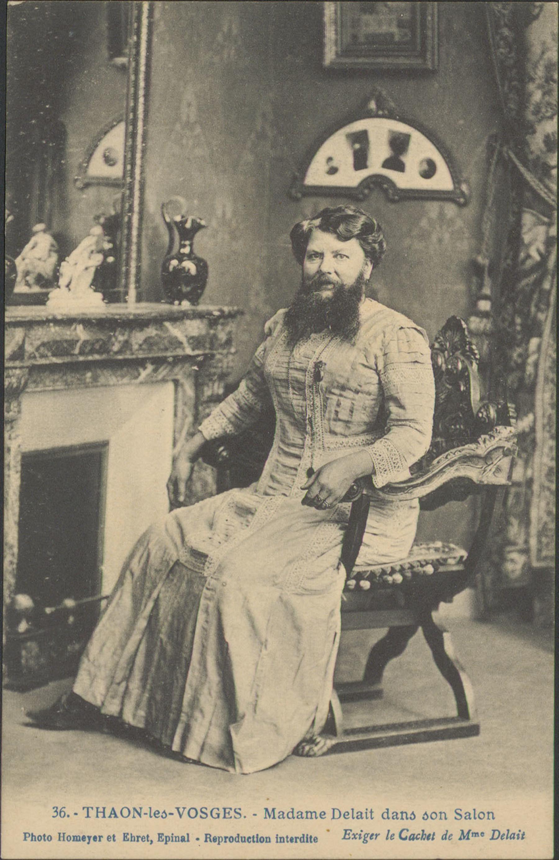 Contenu du Thaon-les-Vosges, Madame Delait dans son salon. Les cartes postales du phénomène se vendent comme des petits pains. Clémentine se fait photographier en aéroplane ou dans la cage des lions du dompteur Camilius.