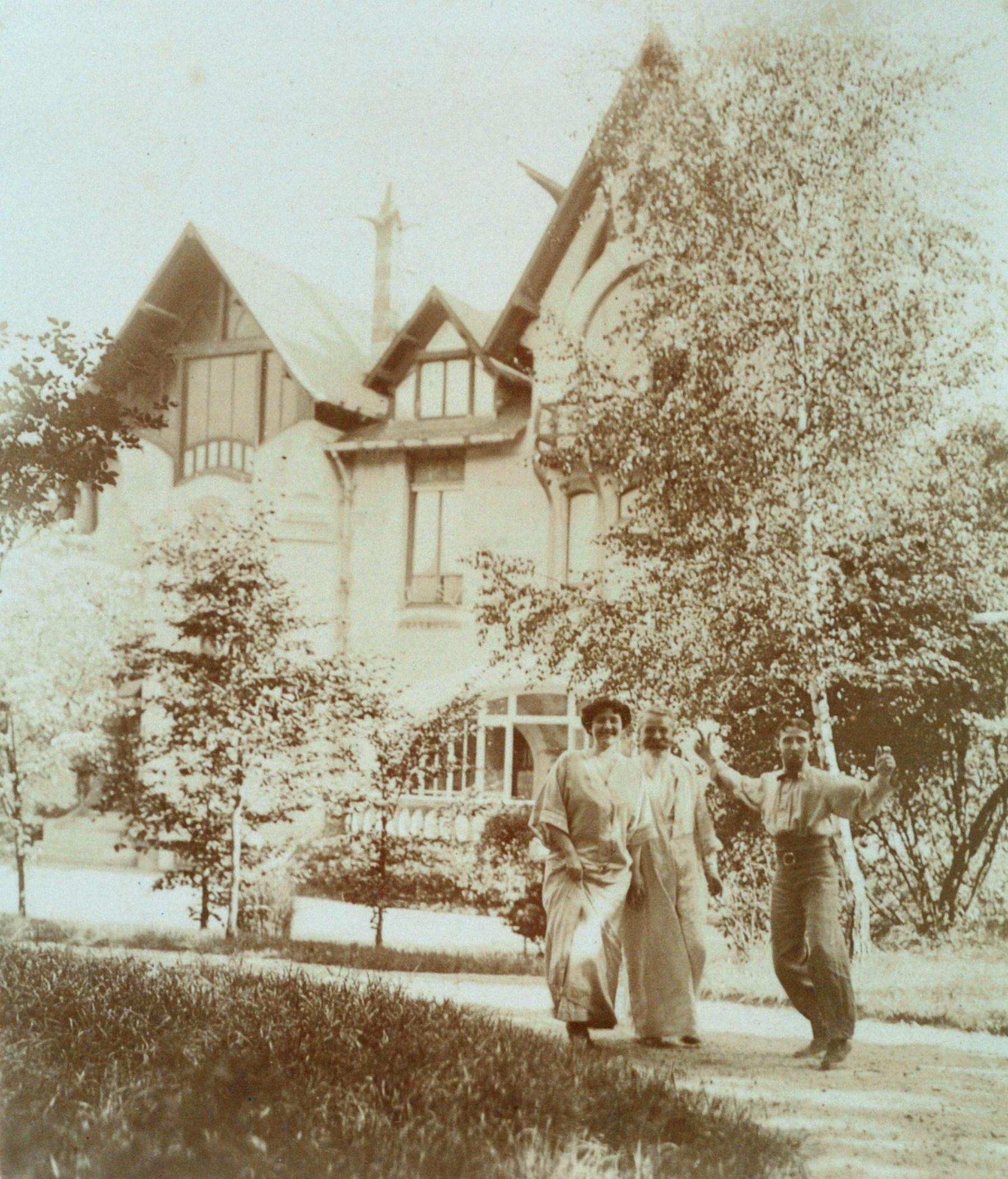 Contenu du La famille Majorelle devant la Villa Jika