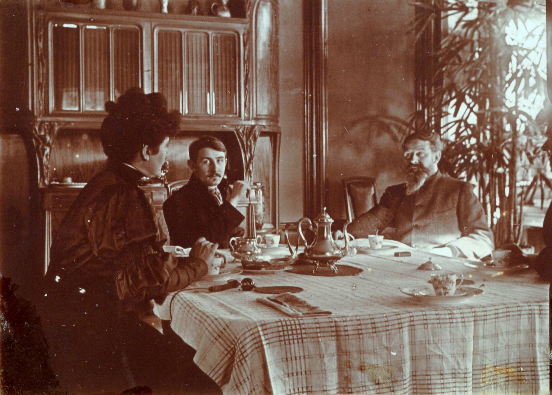 Contenu du La famille Majorelle à table